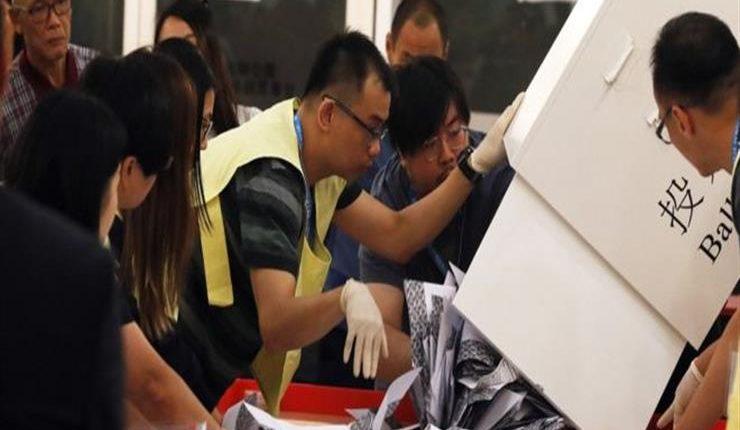 الديمقراطيون في هونج كونج يحققون فوزا كاسحا في الانتخابات