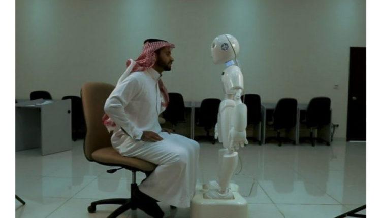 أول رجل آلي في العالم يتحدث اللغة العربية (فيديو)