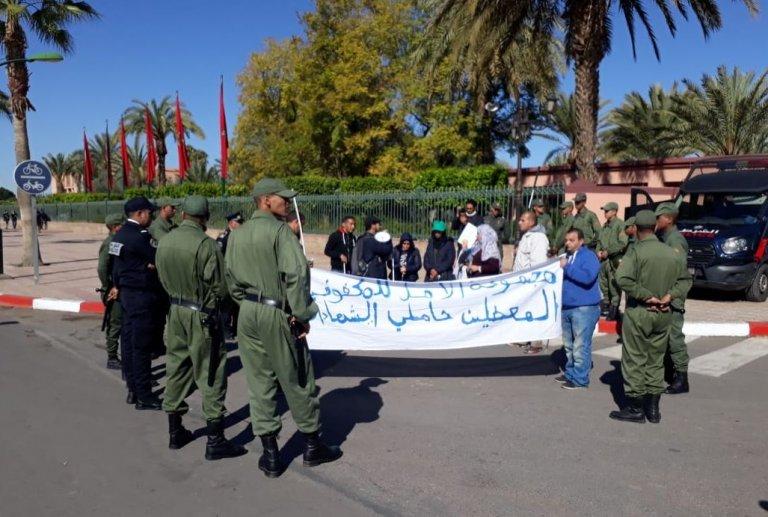 حملة الشواهد من المكفوفين يحتجون أمام مقر ولاية جهة مراكش