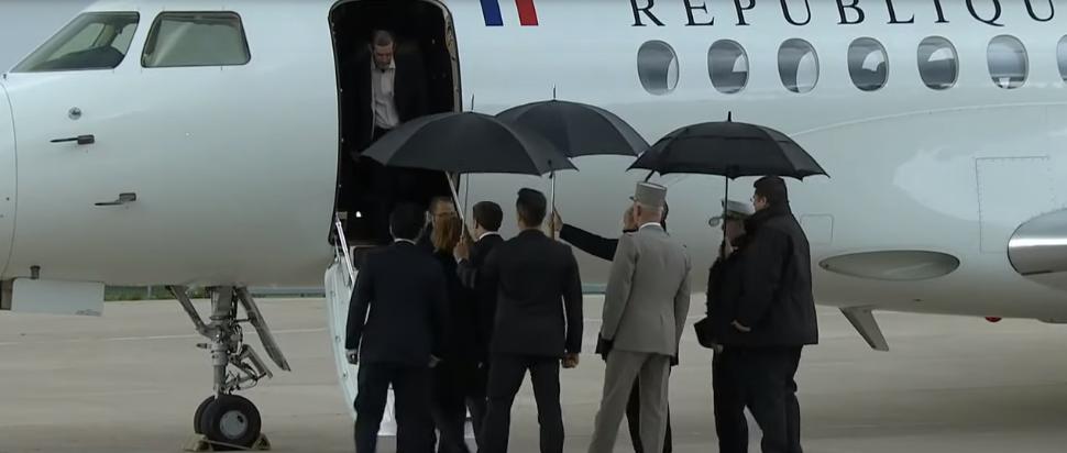ماكرون يستقبل رهائن وصلوا فرنسا بعد تحريرهم في بوركينا فاسو