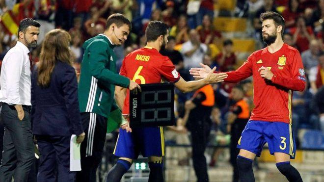 إسبانيا تتاهل لكأس العالم 2018 و صافرات استهجان ضد بيكيه