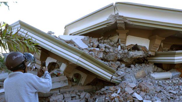 مقتل 100 في زلزال جزيرة لومبوك السياحية في إندونيسيا