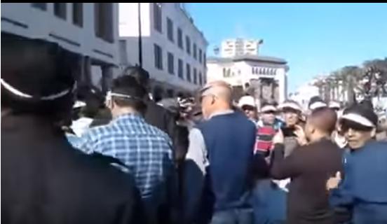 احتجاجات لرجال التعليم أمام البرلمان (فيديو)