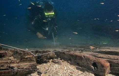 استخراج أولى قطع حطام السفينة المكتشف في شاطئ آسفي