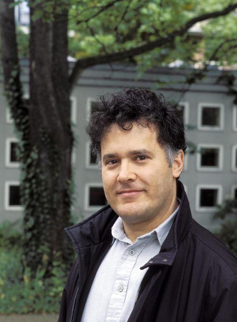 الكاتب المغربي فؤاد العروي يتسلم جائزة
