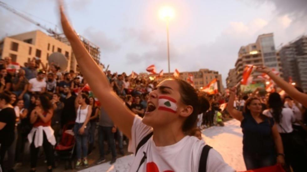 اللبنانيون يستعدون ليوم مفصلي في الشارع مع قرب انتهاء مهلة الحريري