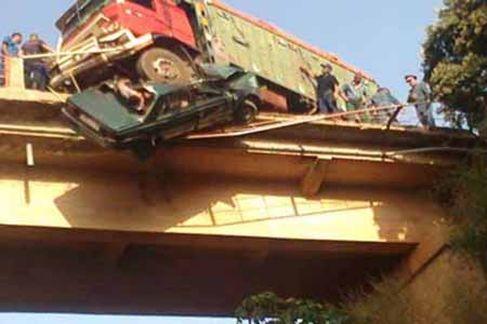 عاجل قتل 10 أشخاص وأصيب 25 آخرون بجروح، 14 منهم إصابتهم بلغت درجات الخطورة، في حادث سقوط شاحنة من على جسر، صباح ال